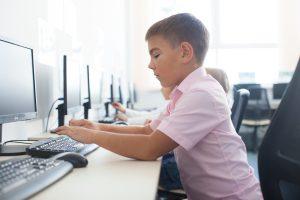 コンピューターを操作する子供
