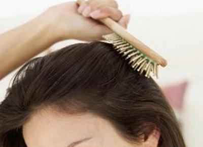 入浴前に髪をブラッシングしている女性