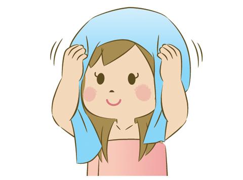 髪を乾かしている女性