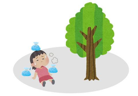 熱中症になった人を木陰で休ませているところ