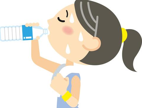 たくさん汗をかいてスポーツ飲料を飲んでいる人
