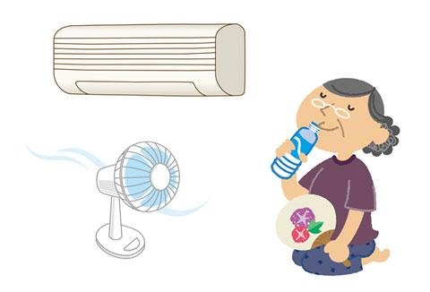 エアコンと扇風機にあたりながら水分補給をしている人