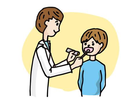 のどの粘膜でプール熱の原因のアデノウイルスのチェックをしている医者と患者