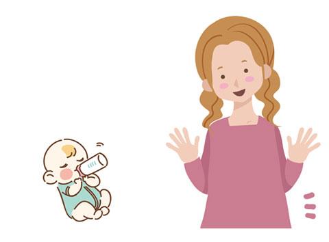 赤ちゃんを見守っているお母さん
