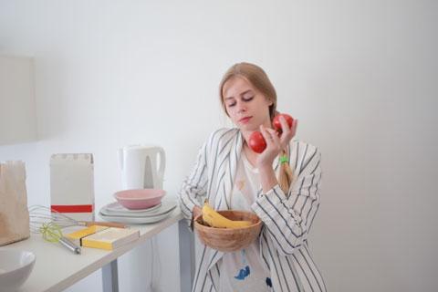 朝食の準備をしている人