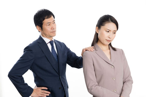 男性上司からスメハラを指摘されてショックを受けている女性社員