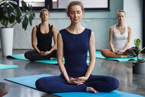 瞑想を行っている女性