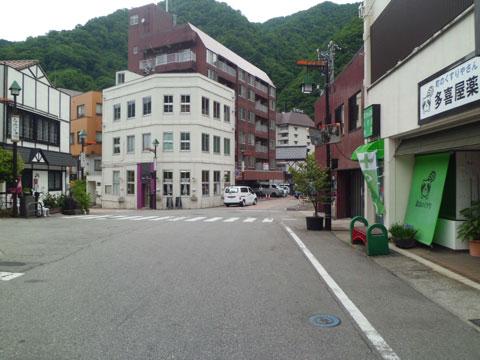 宇奈月駅方面から望むやまのはホテル