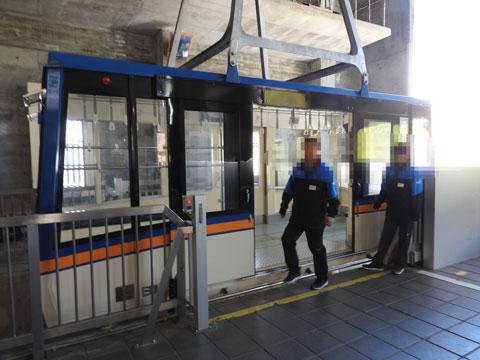 黒部平駅に到着したロープ-ウエイ
