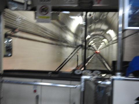 室堂からのトロリーバスの車窓からトンネルの風景を撮影