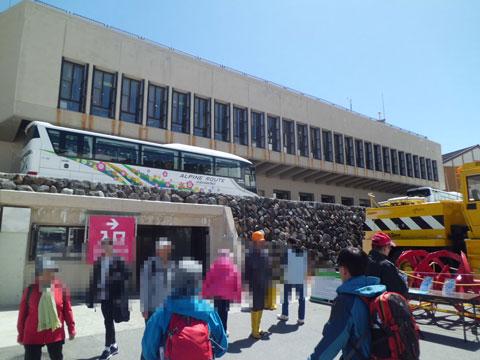 室堂駅から地下道経由、雪の大谷フェスティバル会場に出てきたところ