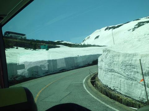立山黒部アルペンルートの道路脇の積雪