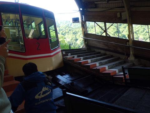 立山駅に入ってくるケーブルカー