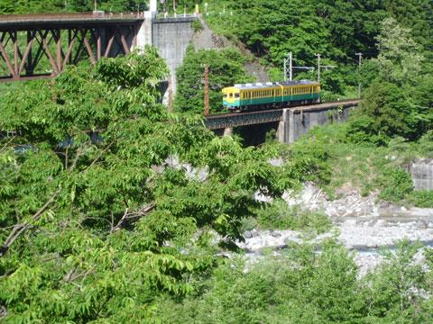 グリーンビュー立山の窓から富山地方鉄道の電車を望む