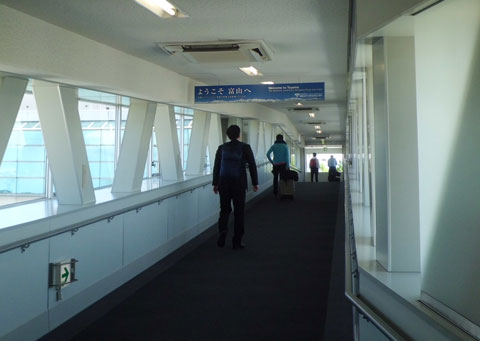 飛行機を降りて富山空港のターミナルに向かうところ