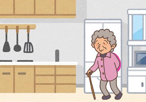 自宅のキッチンに戻ったお婆さん