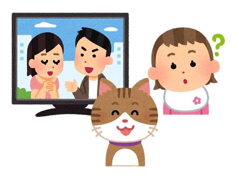 テレビを観ている赤ちゃんと猫