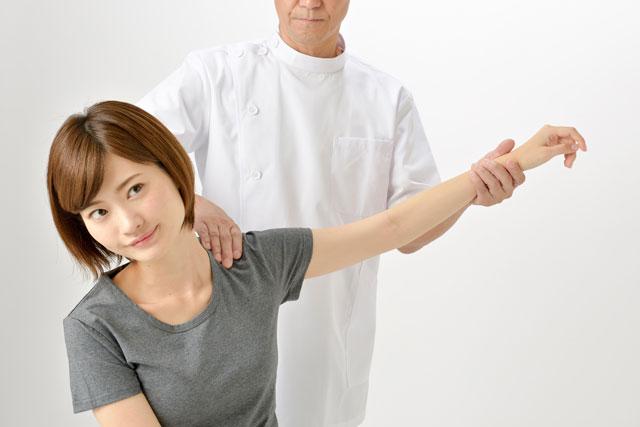 関節を痛めて治療している人